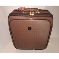 Стильный чемодан коричневый с золотой фурнитурой.